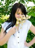 μυρωδιά κοριτσιών λουλουδιών στοκ φωτογραφίες με δικαίωμα ελεύθερης χρήσης
