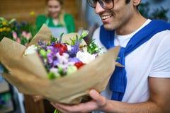 Μυρωδιά των λουλουδιών Στοκ εικόνα με δικαίωμα ελεύθερης χρήσης