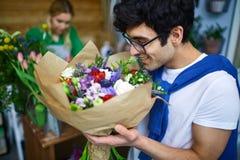 Μυρωδιά των λουλουδιών στοκ φωτογραφίες