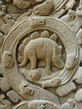 Μυστήρια ανακούφιση bas που χαράζει απεικονίζοντας έναν δεινόσαυρο σε Angkor, Καμπότζη Στοκ φωτογραφίες με δικαίωμα ελεύθερης χρήσης