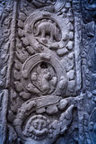 Μυστήρια ανακούφιση bas που χαράζει απεικονίζοντας έναν δεινόσαυρο στον αρχαίο ναό TA Prohm σε Angkor wat Στοκ εικόνα με δικαίωμα ελεύθερης χρήσης