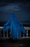 Μυστήρια γυναίκα πέρα από το νεφελώδεις ουρανό και τη εικονική παράσταση πόλης Στοκ Εικόνες