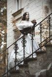 Μυστήρια γυναίκα σε ένα άσπρο βικτοριανό φόρεμα Στοκ Φωτογραφίες