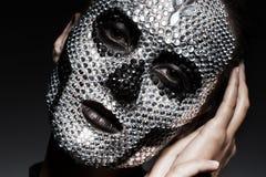Μυστήρια γυναίκα στα rhinestones με το πρόσωπο κρανίων Στοκ Εικόνες