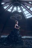 Μυστήρια γυναίκα στο μαύρο φόρεμα στοκ φωτογραφίες