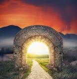 Μυστήρια ηλιόλουστη είσοδος πυλών Νέα έννοια ζωής ή αρχής στοκ εικόνα με δικαίωμα ελεύθερης χρήσης