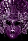 Μυστήρια μάσκα καρναβαλιού στο υπεριώδες χρώμα Στοκ Φωτογραφίες