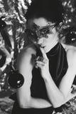 Μυστήρια νέα γυναίκα στη μαύρη μάσκα Στοκ φωτογραφία με δικαίωμα ελεύθερης χρήσης