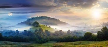 Μυστήρια ομίχλη στη βουνοπλαγιά στην αγροτική περιοχή Στοκ Φωτογραφία