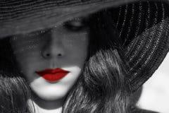 Μυστήρια προκλητική γυναίκα στο μαύρο καπέλο χειλικό κόκκινο Στοκ Εικόνα