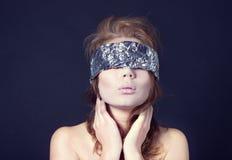 Μυστήρια όμορφη γυναίκα με την κορδέλλα στα μάτια Στοκ φωτογραφίες με δικαίωμα ελεύθερης χρήσης