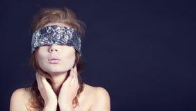 Μυστήρια όμορφη γυναίκα με την κορδέλλα στα μάτια Στοκ εικόνες με δικαίωμα ελεύθερης χρήσης