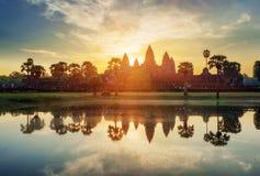 Μυστήριοι πύργοι αρχαίου Angkor Wat στην Καμπότζη στην ανατολή Στοκ φωτογραφία με δικαίωμα ελεύθερης χρήσης