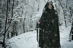 Μυστήριος ηληκιωμένος στο δάσος χιονιού Στοκ φωτογραφία με δικαίωμα ελεύθερης χρήσης
