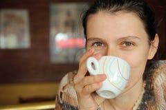 Μυστήριος ρουφώντας γουλιά γουλιά καφές γυναικών Στοκ Εικόνες