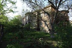Μυστήριο παλαιό σπίτι στο δάσος στοκ φωτογραφία