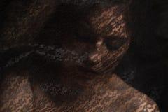 Μυστήριο πορτρέτο της όμορφης γυναίκας στο μαύρο πέπλο δαντελλών Στοκ Εικόνες