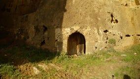 Μυστική είσοδος στη βαθιά τάφρο του αρχαίου φρουρίου Famagusta με τους υψηλούς τοίχους απόθεμα βίντεο