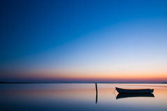 Μυστική θάλασσα με τη βάρκα αφηρημένες ανασκοπήσεις φυσικές Στοκ Φωτογραφία