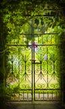 Μυστική πύλη κήπων και σιδήρου Στοκ Εικόνες