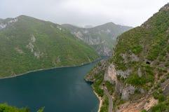 Μυστική σπηλιά βουνών σπηλιά στο βράχο στοκ εικόνες με δικαίωμα ελεύθερης χρήσης