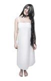 Μυστική τρελλή γυναίκα φαντασμάτων στο άσπρο μακρύ πουκάμισο Στοκ εικόνα με δικαίωμα ελεύθερης χρήσης