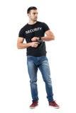Μυστικός αστυνομικός που σωριάζει το πυροβόλο όπλο που κοιτάζει μακριά στοκ εικόνες