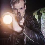 Μυστικός ειδικός πράκτορας επιβολής νόμου που στοχεύει το πυροβόλο όπλο και το φανό στοκ εικόνες