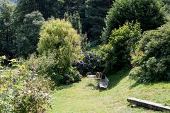Μυστικός κήπος με τον πίνακα και τις καρέκλες στοκ φωτογραφίες