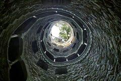 Μυστικός καλά στο κτήμα Quinta DA Regaleira στοκ φωτογραφία
