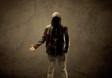 Μυστικός με κουκούλα ξένος στο σκοτάδι στοκ εικόνα