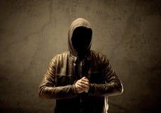 Μυστικός με κουκούλα ξένος στο σκοτάδι στοκ φωτογραφία με δικαίωμα ελεύθερης χρήσης