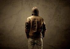 Μυστικός με κουκούλα ξένος στο σκοτάδι στοκ φωτογραφία