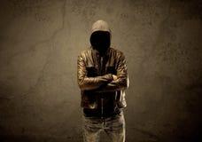 Μυστικός με κουκούλα ξένος στο σκοτάδι στοκ εικόνες με δικαίωμα ελεύθερης χρήσης