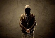 Μυστικός με κουκούλα ξένος στο σκοτάδι στοκ εικόνες