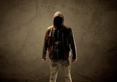 Μυστικός με κουκούλα ξένος στο σκοτάδι στοκ εικόνα με δικαίωμα ελεύθερης χρήσης