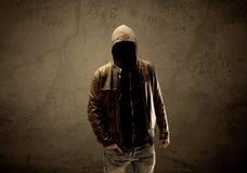 Μυστικός με κουκούλα ξένος στο σκοτάδι στοκ φωτογραφίες