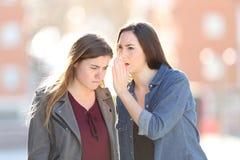 Μυστικό αφήγησης γυναικών κουτσομπολιού στο φίλο της στοκ φωτογραφία