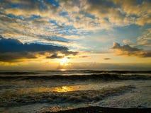 Μυστικό ηλιοβασίλεμα στα φωτεινά χρώματα ακτών Μαύρης Θάλασσας, μεγάλα κύματα στοκ εικόνα
