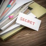 Μυστικό  Ο σωρός των επιχειρησιακών εγγράφων σχετικά με το γραφείο Στοκ φωτογραφία με δικαίωμα ελεύθερης χρήσης