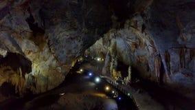 Μυστικό τεράστιο γεωλογικό σπήλαιο που φωτίζεται ελαφρώς φιλμ μικρού μήκους