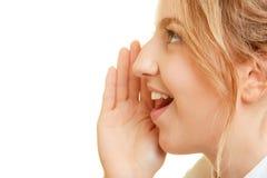Μυστικό ψιθυρίσματος γυναικών κρυφά με το χέρι στο στόμα στοκ φωτογραφίες με δικαίωμα ελεύθερης χρήσης