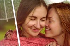 Μυστικό δύο νέο όμορφο γυναικών στο θερινό πράσινο πάρκο Στοκ Φωτογραφία