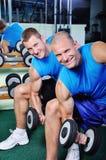 Μυϊκά άτομα που ασκούν σε μια γυμναστική Στοκ Φωτογραφίες