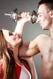Μυϊκά άτομο και κορίτσι ζεύγους που θαυμάζουν τη δύναμή του Στοκ εικόνα με δικαίωμα ελεύθερης χρήσης