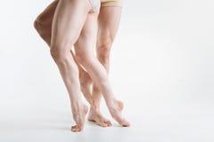 Μυϊκά πόδια χορευτών μπαλέτου στο άσπρο στούντιο Στοκ Εικόνα