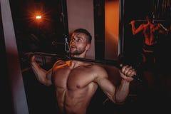 Μυϊκά όμορφα άτομα bodybuilder που κάνουν τις ασκήσεις στη γυμναστική με το γυμνό κορμό Ισχυρός αθλητικός τύπος με τους κοιλιακού στοκ εικόνα με δικαίωμα ελεύθερης χρήσης