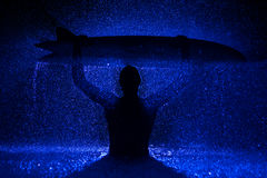 Μυϊκές άτομο και ιστιοσανίδα στο νερό Στοκ Φωτογραφία