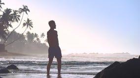 Μυϊκές ασκήσεις σκιαγραφιών αθλητών στην αμμώδη παραλία φιλμ μικρού μήκους