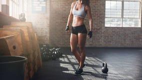 Μυϊκή γυναίκα που στέκεται στη γυμναστική crossfit στοκ εικόνα